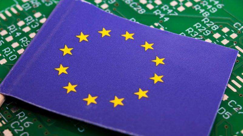 """L'Europa vuole potenziare la produzione interna di semiconduttori: il """"Chips Act"""""""